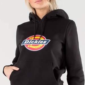Två väldigt användna hoodies därav de extremt låga priset, (inte mina bilder). 150kr för båda o skriv gärna för fler bilder eller om du har nån fråga🥰 Dickies hoodien jag säljer är dock i rosa❤️