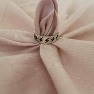 Den här ringen heter åskan, finns både i guld och silver!! Endast 53kr