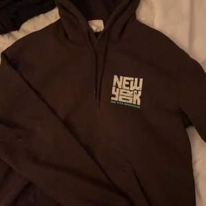 Aldrig använt. Satt som M vilket blev för stor för mig så vill du ha en stor brun hoodie så är denna perfekt