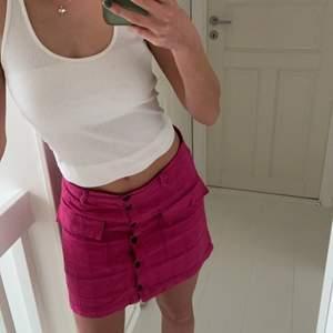 Fin rosa kjol med så coola detaljer! Kjolen är från Urban Outfitters och har ett bra material i bra skick💕 Strlk S