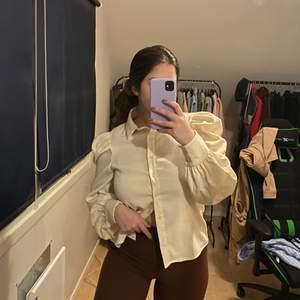 Säljer denna offwhite skjortan med puffärmar. Säljs då den inte kommer till användning längre, den är i bra skick och köparen står för frakten