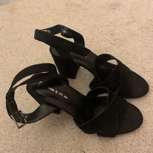 Super fina klack skor i storlek 38! Älskar dem! Perfekt höjd o as fina!
