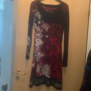 Säljer en Desigual klänning, tyget är lite töjbart, sval och blir väldigt fin passform. Strl M (Dåligkamera, drf är det lite prickar o suddigt)