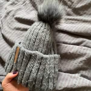 Gullig grå mössa