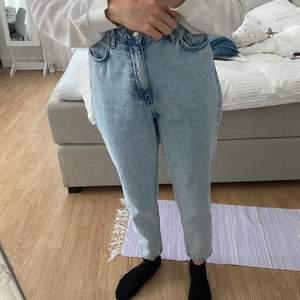 Dagny mom jeans som är i Storleken 38, jag på bilden är 168cm lång 🤍🤍