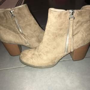 Mocha skor, bruna med klack. Aldrig använda. I fint skick.