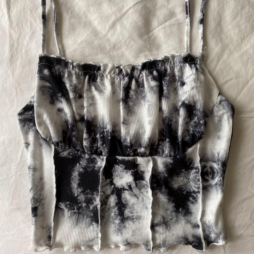 Trendig tie dye topp från Shein i XS. Aldrig använd, ändats provad!. Toppar.