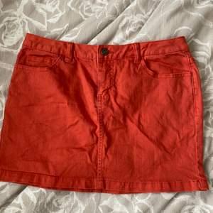 En orange mini kjol som är i storlek M men skulle säga att det är ett väldigt litet M✨Den är i en superfin färg och perfekt nu till våren och sommaren!!