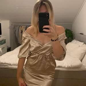 En stilren klänning ifrån bikbok, den är i en champagne/rosé liknande färg ❤️❤️