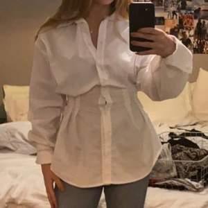 En super gullig skjorta köpt från GinaTricot. Aldrig riktigt använt den, endast testat. Nypris: 400kr. Köparen står för frakt. Buda ifrån 150!!