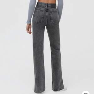 Jeans från pull&bear perfekt skick. Har klippt dem kortare men fortfarande för långa på mig som är 166cm. Storlek 36. Nypris 400kr
