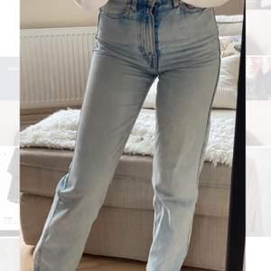 Weekday jeans i modellen Rowe färgen fresh blue. Endast testade