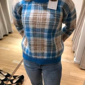 Jag säljer min fina stickade tröja från Sandro! Jag köpte den för ungefär 1 år sedan i London, knappt använd och är i mycket fint skick!
