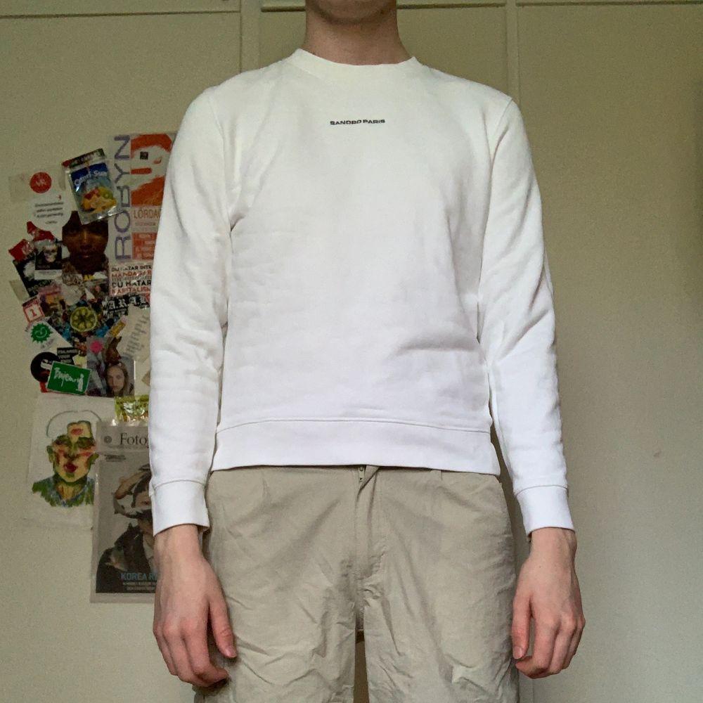 Märkeströja, Sandro. Köptes ett par år sedan. Fint skick och inga tydliga tecken på användning. Lite liten på mig som är M, så antagligen Small/Medium. Huvtröjor & Träningströjor.