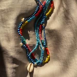 Sååå fina pärlhalsband som är perfekta inför sommaren och våren! De kostar 80kr st inräknat med frakt! Halsbanden är handgjorda av mig!❤️