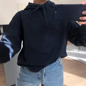 Mörkblå hoodie i tunnare tyg, skönare att ha under våren och sommarn! Står ej nån storlek, men sitter bra på mig som vanligtvis har S i hoodies.                                                 FRAKT ÄR INKLUDERAT I PRISET 🌼