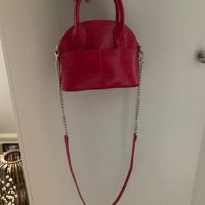 En så läcker väska!! Använd typ 2 ggr så den är som ny! Från zara. Perfekt att ha i handen eller crossbody. Frakt tillkommer på 50kr.