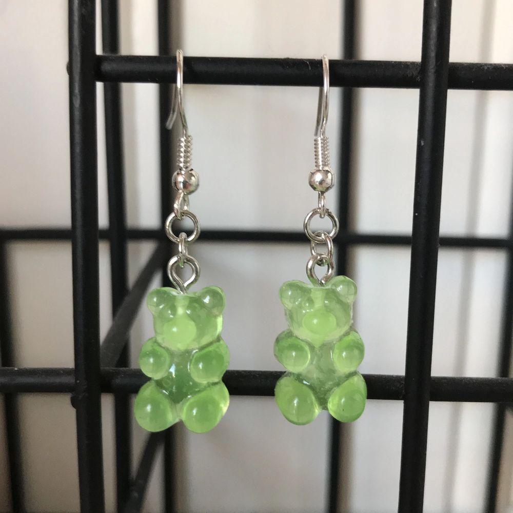 Gröna gummibjörnsörhängen 💚. Accessoarer.