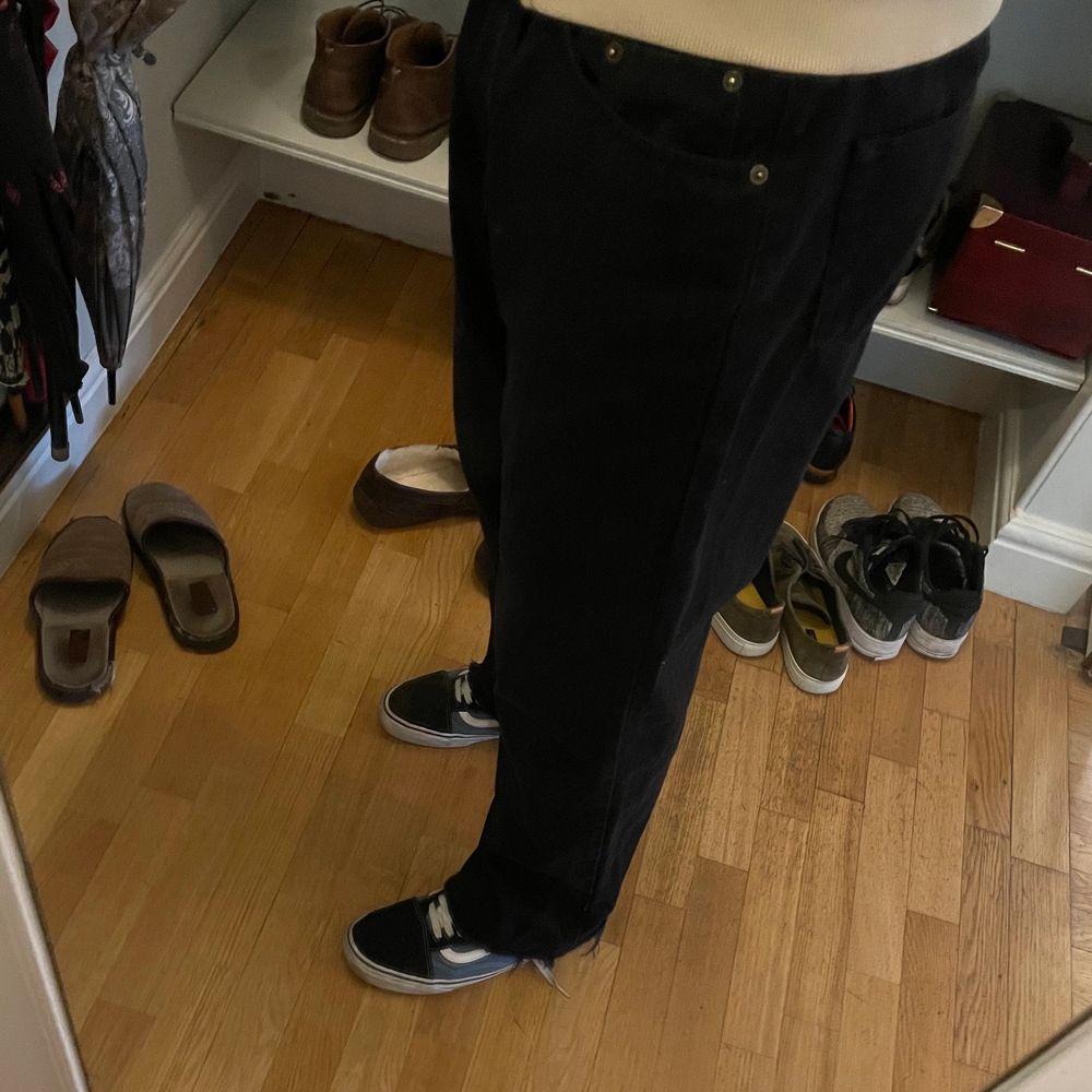 Ett par väldigt baggy jeans köpta på second hand. Står tyvärr inte vad för storlek de är men dem är väldigt stora i midjan och passar om man är 170-185 lång. Skriv gärna privat för fler bilder eller vid frågor!!. Jeans & Byxor.