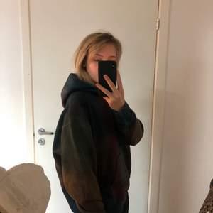 Denna hoodien är från weekday och är ungefär 5 månader gammal. Jag tycker den är jättesnygg men har aldrig fått användning för den så den är bara använd 1 gång. Finns inga märken eller liknande på den. Är i storlek S men passar M och kanske L. Köptes för 400kr. Köparen står för frakten.