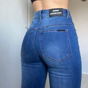Helt oanvända jeans från Dr Denim! Stl W26 L30. Straight leg och lite lite utsvängda längst ned. Nypris: 599kr