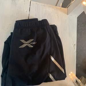 Tränings byxor från 2XU i storlek Xs