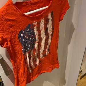 T shirt med den amerikanska flaggan på, ganska säker att den är köpt på mallorca för några år sen. ( väldigt skrynklig på bilden)