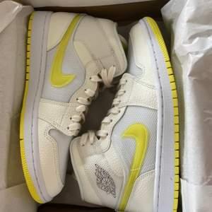 Jag säljer ett par helt nya Jordans air 1 MID SE. Dom är gjorda i ett väldigt unikt slags material. Självaste Nike märket är i en glansig plast. Allt gult på skon lyser i mörkret som neon. Storlek 40,5! Kvitto finns för dom som vill ha! Du står för frakt eller hämta i Huddinge!
