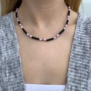 Svart pärlhalsband med vita och lila pärlor💜🖤🤍🥺🥳⭐️🤩 halsbandet försluts med lås och tråden är elastisk