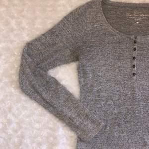 Långärmad grå tröja med knappar🤍 superskönt och frun tröja från Hollister med bruna små knappar mellan brösten☺️ passar både M och S