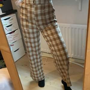 Säljer dessa byxor pågrund av att de inte används längre. Midjemåttet:cirka cirka 70cm Innerbenslängden: 67cm