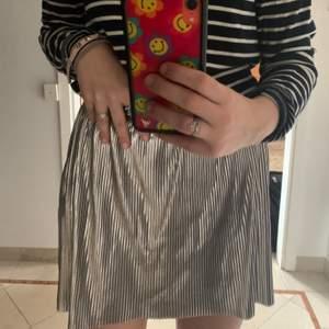 En kjol från zara barn avdelningen super fin och bekväm, väligt töjbar så passar nästan alla