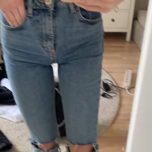 Säljer mina håliga jeans från Zara då dom blivit försmå. Skriv privat för mer bilder (om de behövs) och om du är intresserad. Vi kommer överens om ett rimligt pris tillsammans🥰
