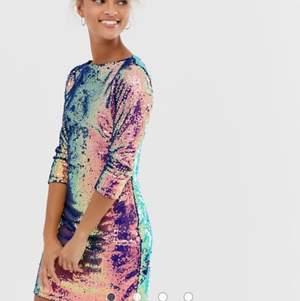 Fantastisk flerfärgad paljettklänning från ASOS. Storlek 40, M/L. Aldrig använd.