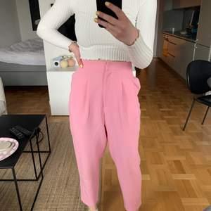 """Rosa kostymbyxor med """"ballong""""passform runt benen. Superfin färg och passform men kommer tyvärr inte till användning. Storlek S"""