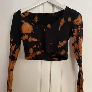 Storlek XS. Omgjord topp<3 I fint skick, stretchigt material. Finns en matchande kjol om intresse finns! Se äldre annons för den. ❤️ Läs regler innan bud!!❤️