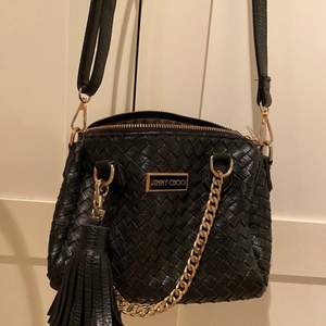 Liten svart väska i vävt läder. Använd ett par gånger.