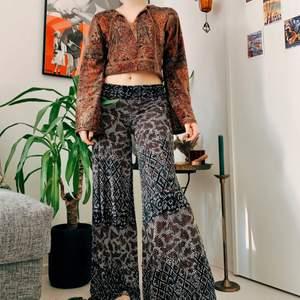 Sköna byxor från Indiska, sitter super smickrande på! Jag är 155 cm och de är för långa för mig. Xs, motsvarar mer s. Stretchiga! Som nya