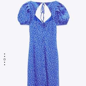 SÖKER!!! Söker denna klänning från Zara, skriv gärna ifall du har en du vill sälja😁💕