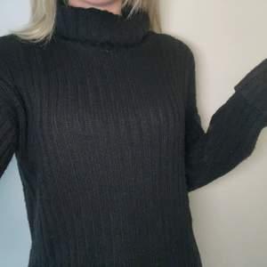 En svart stickad polo tröja från Boohoo, använt några gånger men det var ungefär 1 år sedan. Jättefin på och den sticks inte som vissa stickade tröjor gör💕