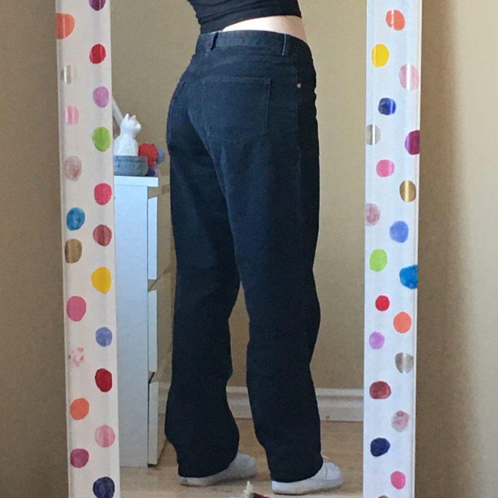 svarta jeans från Monki i modellen Taiki straight leg. storlek 31 på en 29, därav baggy fit! finns 2 hål på insidan av jeansen (syns ej på utsidan då de inte gått igenom 2 lager) för har använt en tråd där som skärp. väldigt bra skick!. Jeans & Byxor.