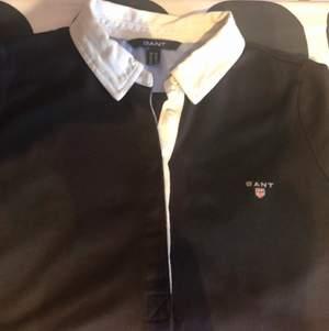 Gant tröja blå med vit krage , fint skick, använd Max 2gånger