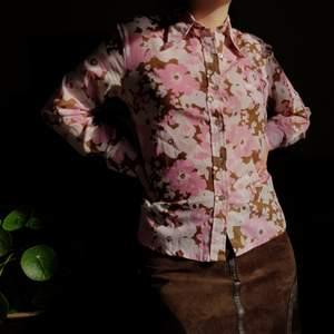 Härlig vintage 70-tals skjorta i fint skick. ☮🌸🌼  Passar XS-S/M bäst. Flower Power! Först till kvarn! 💫+frakt 66kr