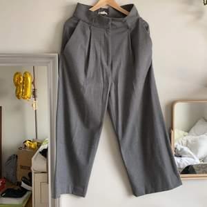 Väldigt bekväma wide leg kostymbyxor från hm o grå färg, mjuk material, sköna och varma. Storlek 38