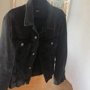 Snygg svart jeansjacka från bikbok. Storlek S, sitter avslappnad och passar så snyggt t allt!🥰 du står för frakt