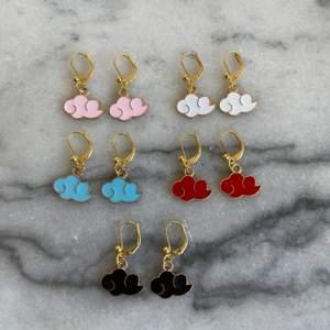 Super söta örhängen för enbart 55kr/par inkl frakt. Beställning sker här på Plick eller på min smyckes-ig: jewlsbymee❤️ Har enbart ett begränsat antal av varje!