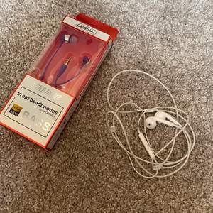 Säljer dessa hörlurar som inte kommer till användning då det inte passar min telefon, Ena paret är helt oanvända och i förpackning och de andra apple hörlurarna är använda max 1 gång. Kom med pris billigt