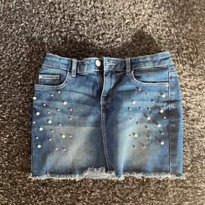 Fin jeanskjol med pärlor