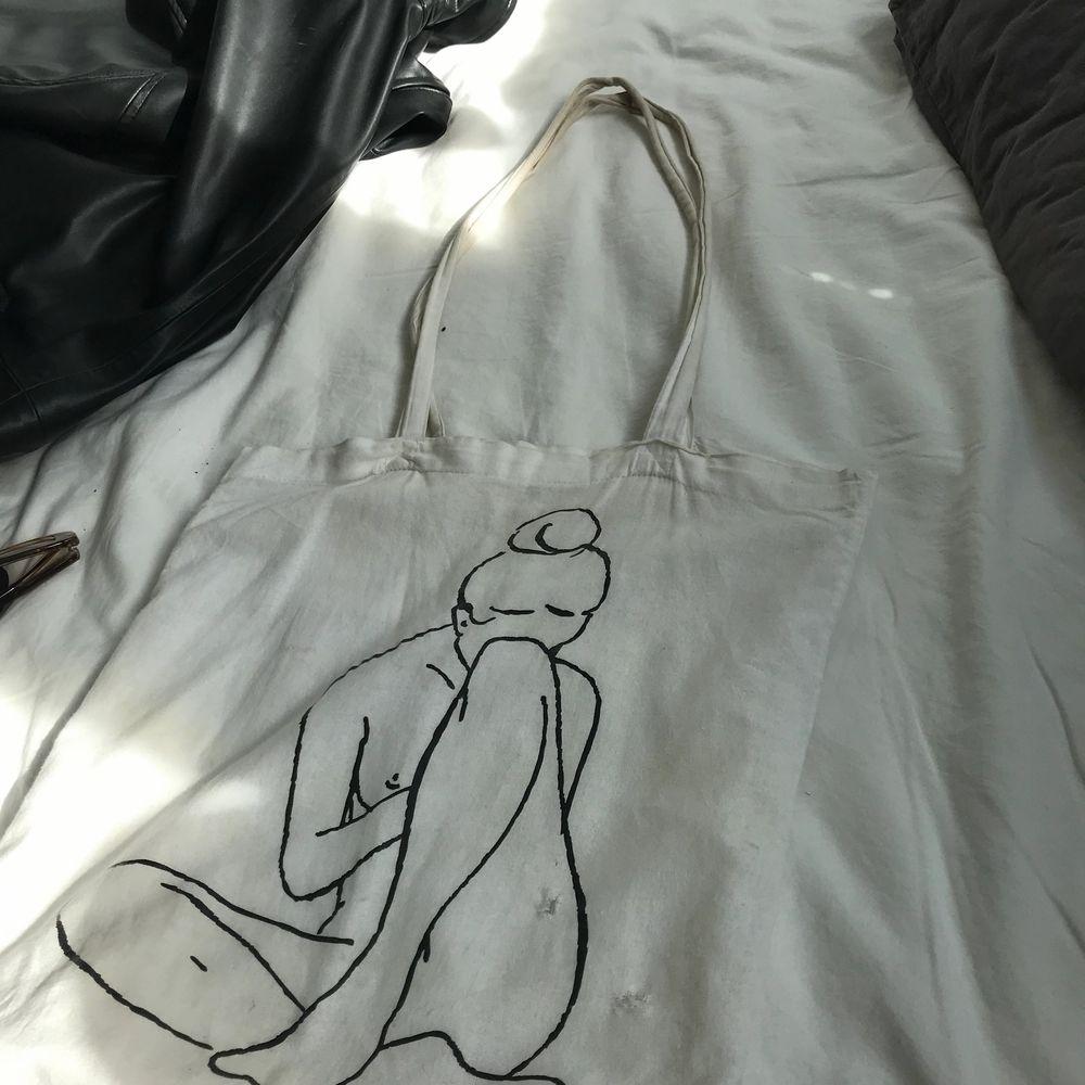 Tygväska från ett UF. Väldigt använd, den är ganska smutsig och har några hål.. Väskor.