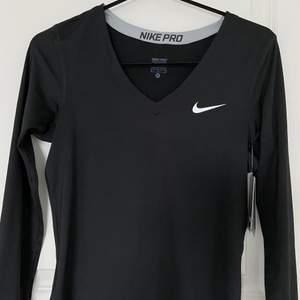 Säljer min helt oanvända (lapp finns kvar) träningströja me tummhål från Nike eftersom den är för stor för mig      STORLEK M   köptes för 300